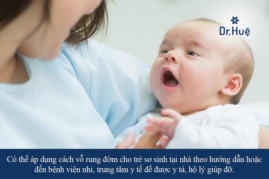 Cách vỗ rung đờm - làm loãng đờm cho trẻ sơ sinh